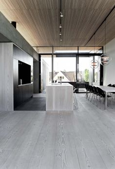 parkett-grau-minimalistische-küche-fertigparkett-kochinsel-esszimmer Source by The post parkett-grau Timber Ceiling, House Ceiling Design, Contemporary Interior Design, Grey Wood Floors, House Design, Kitchen Interior, Timber Flooring, House Interior, Modern Kitchen Design