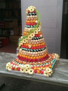 macarons pièce montée Macaron Cake, Macaron Recipe, Fruit Wedding, Wedding Desserts, Wedding Cake, Thai Dessert, Dessert Table, Candy Kabobs, Fresh Fruit Cake