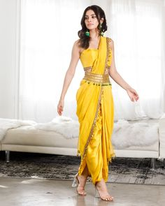 Indian Fashion Dresses, Dress Indian Style, Indian Designer Outfits, Designer Dresses, Fashion Outfits, Saree Wearing Styles, Saree Styles, Stylish Sarees, Stylish Dresses