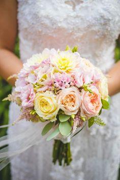 Ihr sucht noch nach der perfekten Farbe für Euren Brautstrauß? Wir haben Tipps zu den einzelnen Blumenfarben übersichtlich zusammengestellt: https://www.weddix.de/ratgeber/brautstrauss/blumenfarben-fuer-die-hochzeit.html #brautstrauß #hochzeit