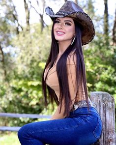 Hot Country Girls, Country Women, Sexy Cowgirl Outfits, Western Girl, Cowboy Up, Sexy Jeans, Girls Jeans, Sexy Women, Pants