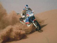 Edi Orioli rompiendo una duna con su Honda Africa Twin