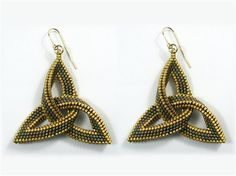 Celtic knot earrings by Susan Harle in her own diagonal tubular peyote stitchCeltic knot earrings Bead and Button October a beaded version of the Celtic trefoil knot by working in tubular diagonal peyote stitch with just two colors of cyli Bead Jewellery, Beaded Jewelry, Zipper Jewelry, Beaded Rings, Celtic Knot, Bead Weaving, Beading Patterns, Handcrafted Jewelry, Jewelry Stores