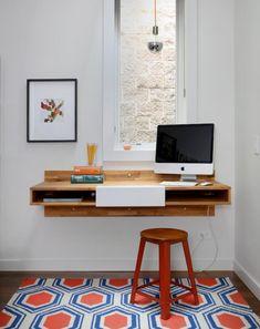 bureau mural en bois avec espace de rangement, tabouret et tapis