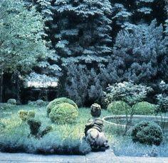 Pauline de Rothschilds garden at 13 Rue Mechain Paris in the Photo by Horst. Garden Pool, Garden Landscaping, Boxwood Topiary, Topiaries, Formal Gardens, Columbia Pictures, Country Estate, Garden Structures, Rue