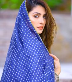 Ayeza Khan is constantly keeping herself busy, she loves doing photo shoots and is equally passionate about her acting career. Ayeza Khan has the perfect featur Pakistani Models, Pakistani Couture, Pakistani Bridal Wear, Pakistani Actress, Bollywood Actress, Pakistani Girl, Dps For Girls, Pakistan Fashion Week, Girls Dp Stylish