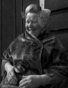 Walcherse vrouw in klederdracht met nette, Zeeland (1950-1960) fotograaf: Oorthuys, Cas #Zeeland #Walcheren
