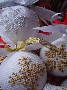 Ściborówka Cross Stitch Christmas Ornaments, Christmas Tree Toy, Christmas Ornaments To Make, Christmas Embroidery, Christmas Cross, Xmas Crafts, Christmas Holidays, Christmas Decorations, Counted Cross Stitch Patterns