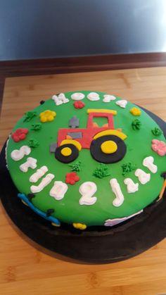 Tractortaart. Basis gemaakt van biscuit taart met vulling.