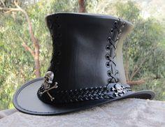 Style de gothique corset vintage en cuir noir chapeau haut de forme avec bande de cuir tressé main large, insignes de crâne et os…