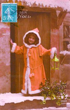 Joyeux Noël - Une fille en manteau rouge à fourrure blanche sur le seuil de la porte avec une lanterne (from http://mercipourlacarte.com/picture?/1439/)