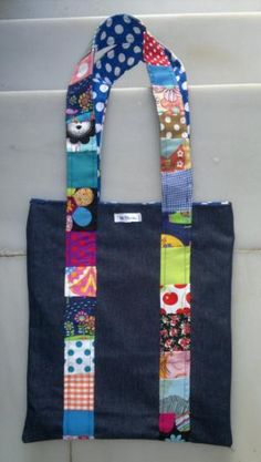 bolso jeans patchwork tejidos,broche magnético patchwork Fabric Gift Bags, Recycled Fabric, Sewing Hacks, Purses And Bags, Shopping Bag, Recycling, Tote Bag, Personalized Items, Crafts