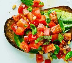 Bruschetta medavokado og tomat smaker nydelig og er skikkelig sommermat. Se Lise Finckenhagens oppskrift her!