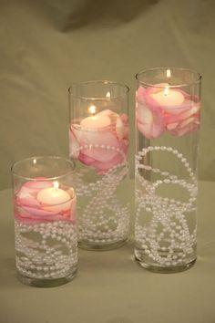 pérolas na água do arranjo com flores e velas