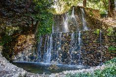 Cascada de agua en el Parque de la Quinta de la Fuente del Berro, Madrid.
