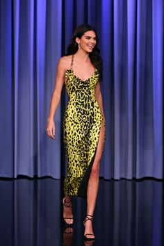 Kendall Jenner in Versace makes an appearance on 'The Tonight Show with Jimmy Fallon' in NYC. Robert Kardashian, Khloe Kardashian, Kardashian Kollection, Donatella Versace, Gianni Versace, Night Outfits, Dress Outfits, Casual Outfits, Fashion Outfits
