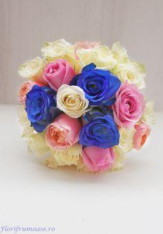 Buchet mireasa cu trandafiri albastri, albi si roz