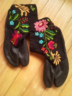 "Cool combination of Hungarian embroidery & Japanese sock-shoe ""Jika-Tabi""."