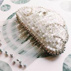 """Сегодня, как я и обещала, будет ода новой тучке! Тучка не простая, а с контуром из цепочки кристаллов, которые чертовски красиво переливаются листай, и на втором фото смотри поближе➡️ теперь заказать можно и в таком формате! А также я планирую кое-что новое в таком же """"кристальном"""" контуре)"""