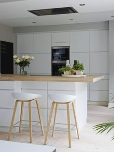 Cozinha com bancada em ilha com tampo de madeira e base branca, banquetas brancas com pés de madeira. Kitchen Decor, Kitchen Inspirations, Scandinavian Kitchen Design, Scandinavian Kitchen, Small Kitchen, Kitchen Plans, Kitchen Stools, Kitchen Remodel, Kitchen Dining Room
