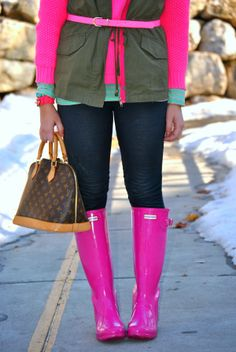 Layers on Layers The Fashion Canvas Source by bricetimtht rainboots outfit Cute Sporty Outfits, Casual Winter Outfits, Cool Outfits, Outfit Winter, Pink Hunter Rain Boots, Hunter Boots Outfit, Pink Shoes Outfit, Pink Boots, Ladies Wellies