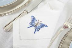 Guardanapos em linho bordados à mão com desenho  de borboleta azul by Tania Bulhões em nossa mesa para celebrar o Dia das Mães!