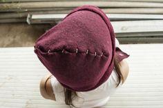 BERRETTO HOKO  Berretto in morbida lana che funge anche da sciarpa. Caratterizzanti le cuciture e forme create con le resistenze.