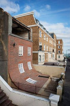 L'architecture fantaisiste d'Alex Chinneck
