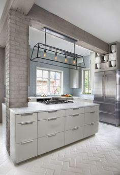 I must find a house w brick flooring. Kitchen // white painted brick flooring in herringbone pattern Deco Design, Küchen Design, Layout Design, House Design, Design Ideas, Design Trends, Brick Design, Modern Kitchen Design, Interior Design Kitchen