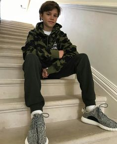 David Beckham calls out son Romeo for stealing his trainers - Photo 3 David Beckham Suit, David Beckham Style, David Beckham Young, Young Cute Boys, Cute Teenage Boys, Cute Kids Fashion, Boy Fashion, Runway Fashion, Outfits Niños