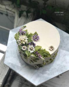 . - - ▫️Beanpaste cake - RHODE CAKE - - #앙금플라워 #플라워케이크 #플라워케이크클래스 #꽃케이크 #로데케이크 #오페라케이크 #떡케이크 #koreanflowercake #flowercake #flower… Buttercream Cake Decorating, Buttercream Flower Cake, Flower Cake Design, Cupcakes, Cupcake Cakes, Valentine Cake, Painted Cakes, Dessert Decoration, Novelty Cakes