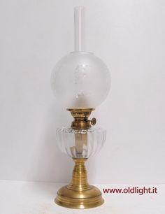 Lampada da tavolo base in ottone,  serbatoio in cristallo ; Bruciatore ( becco )  Kosmos Brenner 10'''( antico ) ; vetro Kosmos 10''' ( originale antico ) con paralume globo in vetro acidato e  decorato. VENDUTA