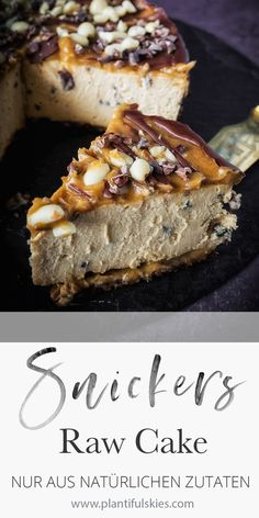 Snickers cheesecake, vegan, gluten-free, fermented - The perfect cake for summer! Chilled Snickers cake without baking. From purely natural ingredients. Snickers Cheesecake, Cheesecake Vegan, Snickers Torte, Desserts Français, French Desserts, French Recipes, Raw Food Recipes, Cake Recipes, Raw Cake