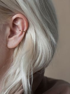 Ideas for ear piercings. Double piercings and unique piercings including helix rook and lobe. Earring styles including hoop minimalist and statement. Gold and silver earrings. Piercings for girls unusual cool. Innenohr Piercing, Double Piercing, Cute Ear Piercings, Piercings For Girls, Unique Piercings, Orbital Piercing, Rook And Conch Piercing, Mickeal Kors, Rook Jewelry