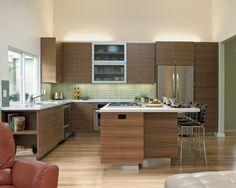 moderne Küche Kochinsel Essplatz grüne Fliesenspiegel