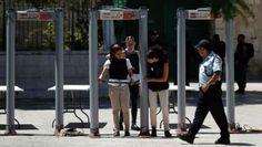 Israel Cabut Detektor Logam di Pintu Masuk Masjid Al-Aqsa : Israel hari ini memutuskan mencabut detektor logam yang dipasangnya di pintu masuk-pintu masuk Masjid Al-Aqsa di sektor Kota Tua Yerusalem.