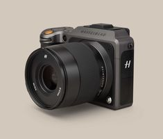 Hasselblad greatly improves its mirrorless medium format camera, which can do things DSLR's can't, but it's still slow and pricey compared to rivals. Field Camera, Camera Gear, Slr Camera, Camera Tips, Leica Camera, Nikon Dslr, Ipad Pro, Medium Format Photography, Tecnologia