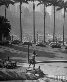 1947 - Praça Ramos de Azevedo. Ao fundo o vale do Anhangabaú com um dos palacetes Conde Prates. Foto: Revista Life.