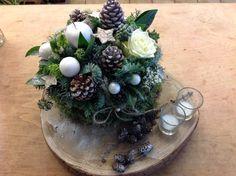 Voor deze Kerststaart gebruiken we veel natuurlijke materialen. Zo gebruiken we voor de ondergrond en boomstamschijf. Hierop maken we een taart waarin we zowel verse bloemen als kerstmaterialen geb…
