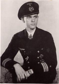 """Reinhard Hardegen  """"Der Paukenschläger""""  Geboren am 18. März 1913 in Bremen. Reinhard Hardegen ist ein deutscher Marineoffizier, Kaufmann und Politiker. Im Zweiten Weltkrieg war er einer der erfolgreichsten und bekanntesten deutschen U-Boot- Kommandanten. In der Nachkriegszeit gehörte er zu den Gründern der Bremer CDU. Von 1959 bis 1979 war er Mitglied der Bremischen Bürgerschaft."""