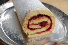 Here is a rolled cake recipe, quick and easy to prepare at home with the thermomix. Tongan Food, Sweet Recipes, Cake Recipes, Polynesian Food, Thermomix Desserts, Island Food, Kitchenaid, Jelly Rolls, Rolls Recipe