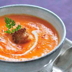 Préparez le velouté de carottes bio :Lavez et épluchez les carottes puis coupez-les en morceaux.