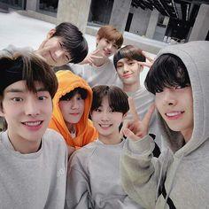 Boy Idols, Fandom, Group Pictures, Sung Hoon, K Idol, Kpop Groups, Boyfriend Material, Jaehyun, Boy Bands