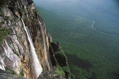 #Venezuela #SaltoAngel Imaginez près de 20 fois les chutes du Niagara les unes au-dessus des autres. El Salto Angel sont les plus hautes chutes d'eau du monde, avec une hauteur de 979 m. Elles se situent dans l'État de Bolívar, dans le parc national de Canaïma au Venezuela. Evadez-vous à travers une longue promenade d'environ 3 heures à travers la forêt vierge où la beauté des paysages comblera vos yeux à chaque instant. http://vp.etr.im/a0d4