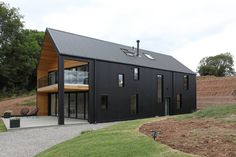 haus design EXCLUSIVE: Steph Wilson, who's on Grand Designs on Wednesday, wanted to live on the Herefordshire farmland she grew up on and bought 27 acres for before disaster struck. Modern Barn House, Modern House Design, Grand Designs Uk, Grand Designs Houses, Grand Designs New Zealand, Black Cladding, Timber Cladding, Contemporary Barn, Black Barn