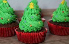 Einfaches Rezept für einen süßen Tannenbaum-Cupcake - Oh Tannenbaum, oh Tannenbaum ... du bist viel zu schön, um einfach reinzubeißen! Allerdings wäre es auch schade, wenn die guten Cupcakes verkommen ... Unser Tipp: Backt diese...