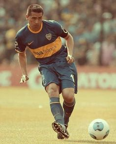 Juan Roman Riquelme of Boca Juniors drives the ball during a match between Boca Juniors and Tigre as part of round of Torneo Inicial at Alberto J. Armando Stadium on November 2013 in Buenos Aires, Argentina. Team Player, Football Players, Football Names, Everton Fc, World Library, Dream Team, Roman, Running, Carrera
