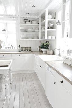 White kitchen, love the cabinets. Kitchen Interior, Kitchen Design, Kitchen Decor, Kitchen Ideas, Shabby Chic Kitchen, Country Kitchen, Country Farmhouse, Cottage Kitchens, Home Kitchens