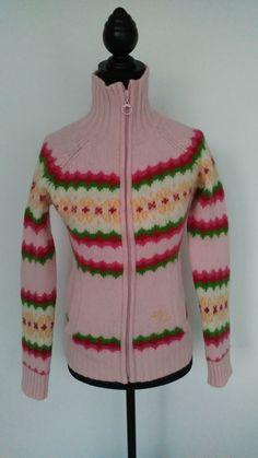 Gilet veste Roxy motif jacquard rose pâle excellent état porté 1 ou 2 fois au ski...  70% laine, 20% angora, 10 % polyamide super qualité et extrêmement chaud...Acheté à Courchevel...prix boutique 139 euros