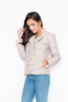 Športovo elegantná bunda so zapínaním na zips je ideálnym kúskom na každodenné nosenie počas chladnejších dní. Na jar, na jeseň, ba aj v teplejšej zime príjemne a štýlovo zahreje. Tento model je dlhodobo trendy, nemusíš mať obavy, že budeš na budúcu sezónu out. Nie. Tieto bundy sa nosia už roky, sú veľmi obľúbené a módny dizajnéri nám radi vyhovejú a doprajú kúsok štýlovej športovej elegancie aj počas všedných dní.  Dodacia doba cca 5-10 pracovných dní. Veľkostné tabuľky
